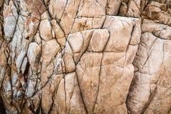 Feste Kalksteinfelsenbeschaffenheit mit mehrfachen Sprüngen Stockbilder