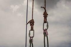 Feste Seile schlossen durch Karabiner gegen den grauen Himmelhintergrund an Lizenzfreie Stockfotografie