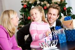 Feste: Tempo della famiglia di divertimento che accende Menorah fotografie stock