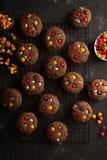 Fester för gigantiska kakor för choklad hemlagade för allhelgonaafton Royaltyfria Foton
