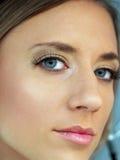 Festes Nahaufnahmeportrait der jungen kaukasischen Frau Lizenzfreies Stockfoto