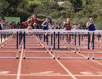 Festes Rennen in den 100 Meter-Hürden Stockbilder
