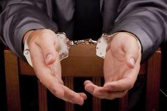 Festgehalten in den Handschellen lizenzfreie stockfotos