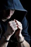 Festgehaltene junge Männer mit Handschellen Lizenzfreies Stockfoto