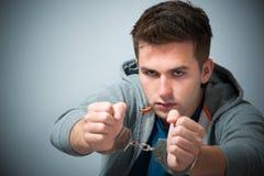 Festgehaltener Jugendlicher mit Handschellen lizenzfreies stockbild