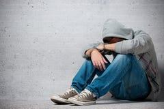 Festgehaltener Jugendlicher mit Handschellen Stockbilder