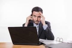 Festgelegte schlechte Nachrichten des Angestellten am Telefon Stockfoto