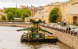 Festgemacht zu einem Kai, alte ausbaggernde Plattform im Fluss Stockfoto