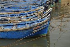 Festgemachte blaue Boote Stockfotografie