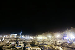 Festgemachte Boote bei Rovinj in der Nacht Lizenzfreie Stockbilder
