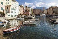Festgemachte Boote in der Ufergegend in Camogli Stockbild