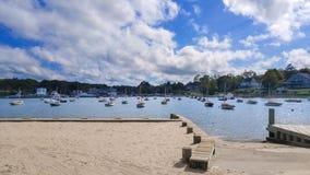 Festgemachte Boote an einem Jachthafen an einem sonnigen Sommertag unter einem schönen blauen Himmel lizenzfreie stockbilder