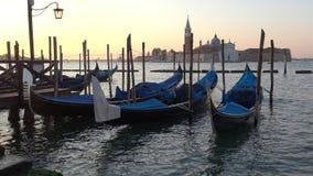 Festgemachte Gondeln auf dem Hintergrund der Kathedrale von San Giorgio Maggiore, früher Morgen Venedig, Italien stock video footage