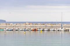 Festgemachte kleine Boote auf dem Pier Lizenzfreies Stockbild