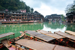 Festgemachte Ruderboote auf dem Tuojiang-Fluss, alte Stadt Fenghuang, China Stockfoto