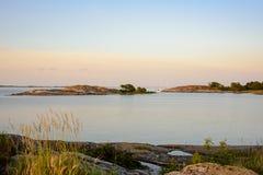 Festgemachte Segelboote und Skerries im Sonnenunterganglicht Lizenzfreie Stockfotos