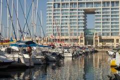 Festgemachte Yacht-, Ritz Carlton- und Spiegelreflexion in Herzelya-Jachthafen Stockfotografie