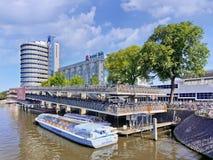Festgemachtes Ausflugboot nahe Fahrradparken, Amsterdam, die Niederlande stockbild