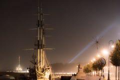 Festgemachtes Boot auf dem Fluss in der Stadt von St Petersburg Lizenzfreie Stockbilder