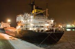 Festgemachtes Frachtschiff