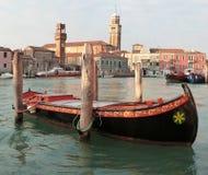 Festgemachtes traditionelles Boot auf Murano, Italien Stockbild