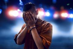 Festgenommener Mann in den Handschellen stockfoto