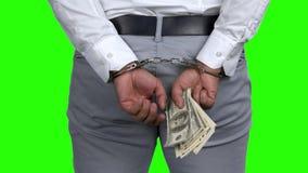 Festgenommener Mann in den Handschellen, die Geld halten stock video