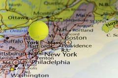 Festgesteckte Karte New York USA, Kopf des Stiftes ist Tennisball Stockfotografie