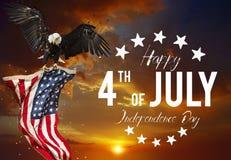 Festin américain le 4ème juillet Aigle chauve avec l'indicateur américain Images stock