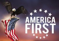 Festin américain le 4ème juillet Aigle chauve avec l'indicateur américain Images libres de droits