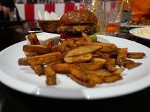 Festin d'hamburger au wagon-restaurant image stock