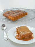 Festin de thanksgiving Pudding collant de potiron avec le sause de caramel de caramel Photos stock