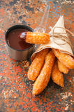 Festin traditionnel d'Espagnol Nourriture populaire de rue - sprinkl de Churros Photographie stock libre de droits