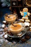 festins d'hiver, thé épicé de masala et biscuits de bonhomme en pain d'épice photos stock