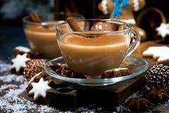Festins d'hiver, thé de masala et biscuits de bonhomme en pain d'épice, plan rapproché photos stock