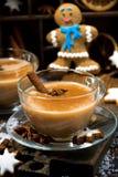 festins d'hiver, thé de masala et biscuits de bonhomme en pain d'épice, verticale images libres de droits