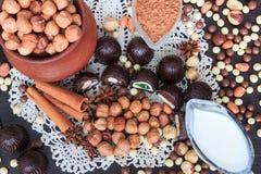 Festins de bonbon sur une table image stock