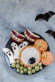 Festins de Halloween de fruit Fantômes et Clementine Orange Pumpkins de banane, bâtis de monstre d'Apple et toile d'araignée Photos libres de droits