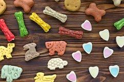 Festins de mastication multicolores de chien avec différents goûts photos stock