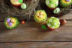 Festins de Pâques, vue supérieure de petits gâteaux photos stock