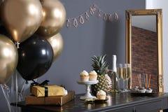 Festins et articles de partie sur la table dans la chambre photo stock