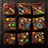 Festins faits maison de 'brownie' de monstre de chocolat pour Halloween images stock