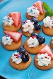 Festins minuscules de bonbon avec des gaufrettes de vanille photographie stock libre de droits