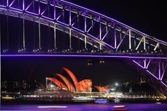 Festiv vivo del duirng de Sydney Harbour Bridge y de Sydney Opera House Imagen de archivo libre de regalías