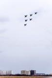 Festival aéreo no céu acima da escola do voo do aeroporto de Krasnodar Airshow em honra do defensor da pátria MiG-29 no céu Imagem de Stock