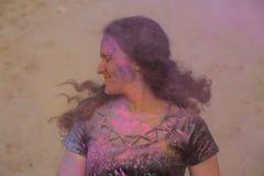 Festival appréciant modèle de Holi de belle brune au désert Femme posant avec éclater la peinture rose photos stock