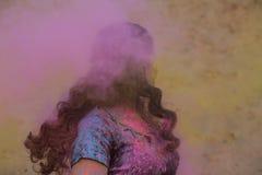 Festival appréciant modèle stupéfiant de Holi de brune au désert Femme posant avec éclater la peinture rose image libre de droits