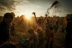 Festival auténtico cerca de Minsk, Bielorrusia 2014, jugando con el heno, Imagen de archivo libre de regalías