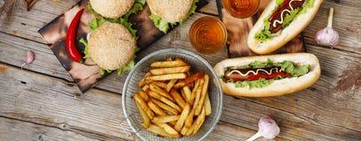 Festival av öl Varmkorvar hamburgare, grillfest Begrepp av att äta utomhus arkivfoton