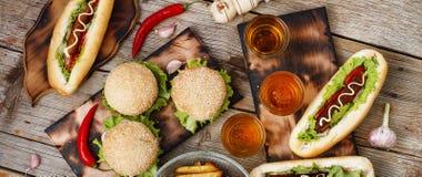 Festival av öl Varmkorvar hamburgare, grillfest Begrepp av att äta utomhus fotografering för bildbyråer